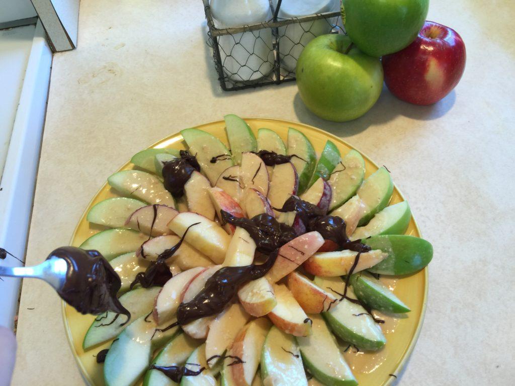 "Sugar-Free Caramel Chocolate Apple ""Nachos"""